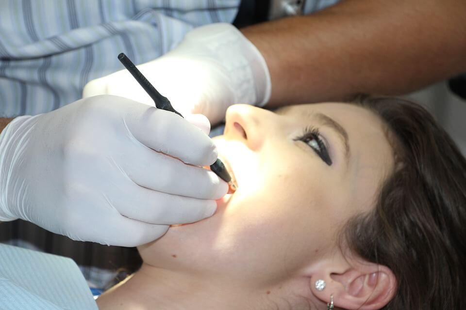 Fille dans la chaise dentaire