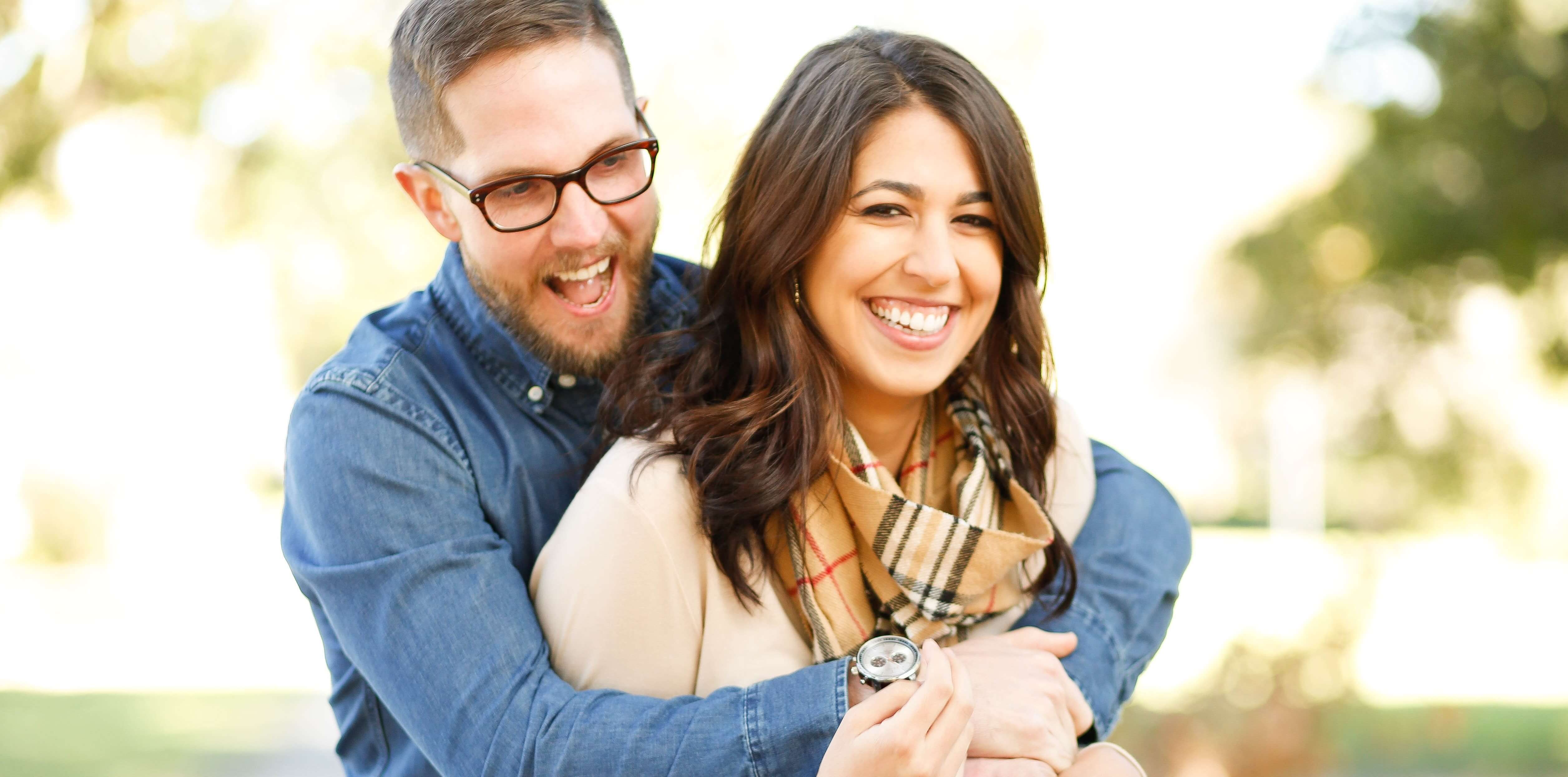 Couple heureux femme et homme