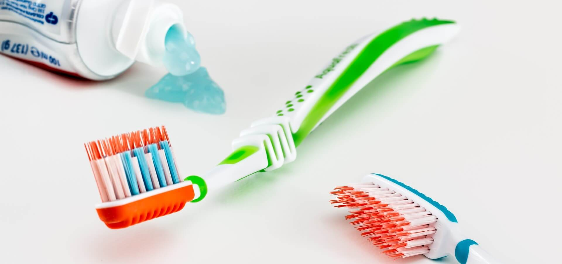 brosses à dents et dentifrice