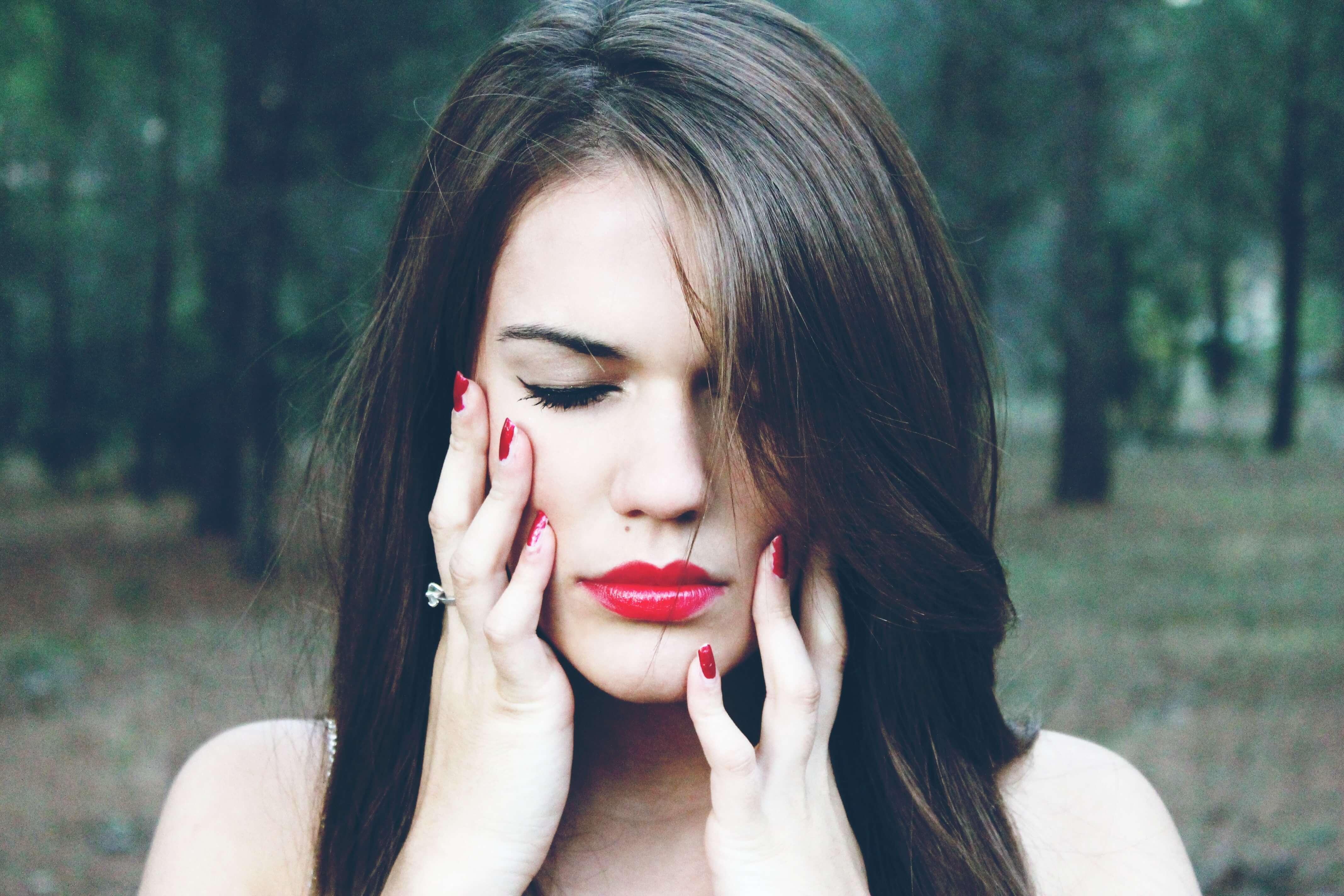 femme lèvres rouge, mal de dents